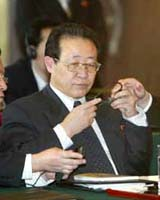 North Korea's chief nuclear negotiator, Kim Kye-Gwan, said on Saturday that Pyongyang would not close its nuclear facilities until the United States released all of the 25 million dollars frozen by US sanctions.